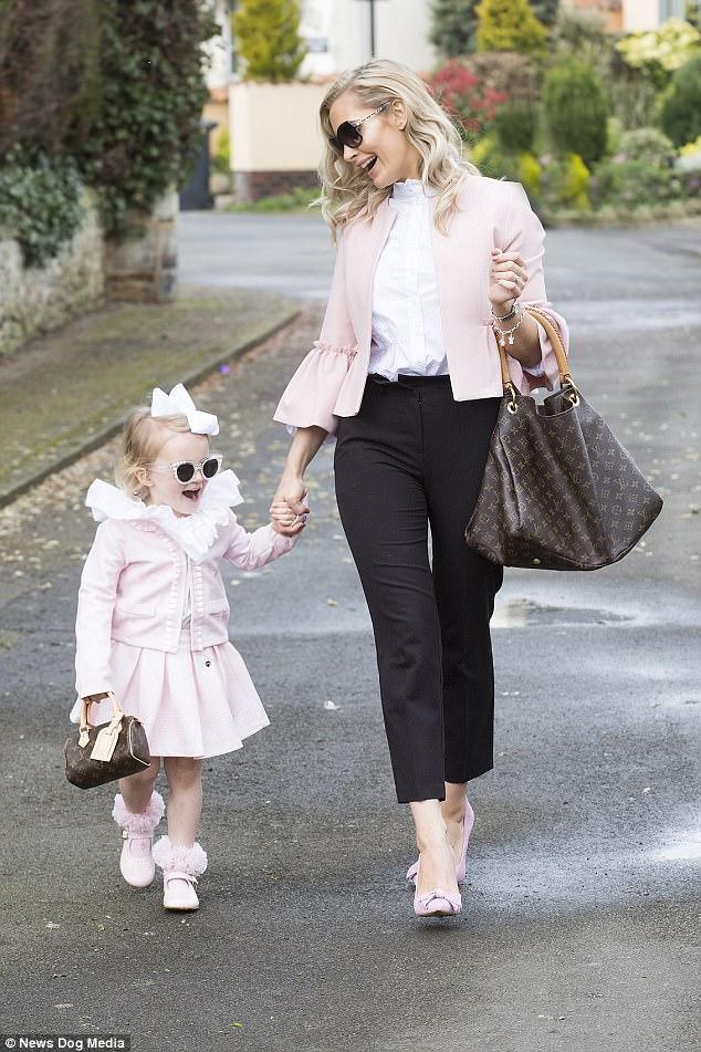 Mẹ trẻ chi bạo sắm đồ Louis Vuitton cho con gái diện gây tranh cãi - Ảnh 2.