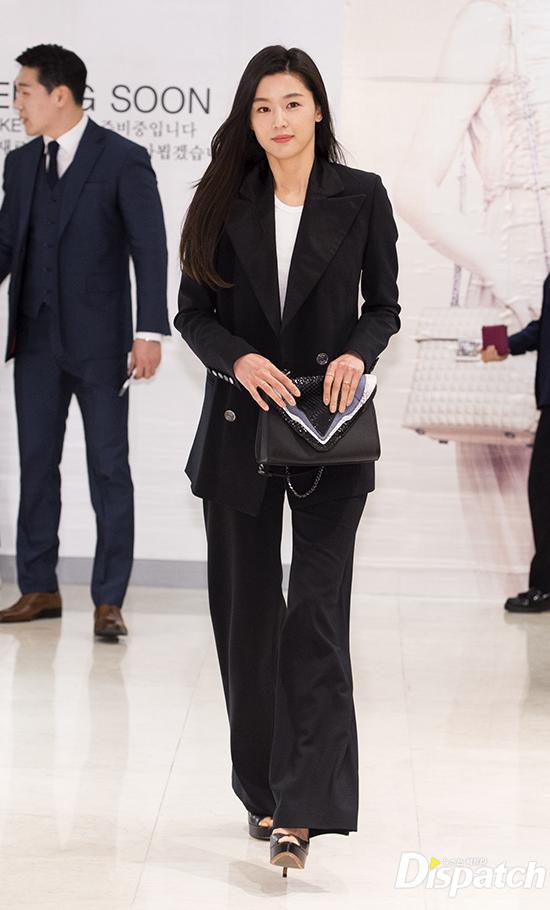 Hết gây xôn xao với nhà 650 tỉ, Jeon Ji Hyun lại xuất hiện như bà hoàng giữa dàn vệ sĩ hùng hậu - Ảnh 3.