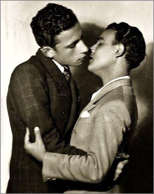 Những bức ảnh LGBT từ hàng trăm năm qua: Đồng tính chưa bao giờ là bệnh và thời nào cũng có cả - Ảnh 2.