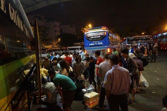 Bến xe Sài Gòn kẹt cứng lúc 2h sáng, khách vật vờ tìm đường về - Ảnh 2.