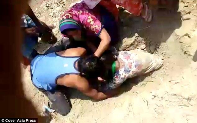 Thiếu nữ bị chôn sống gần 2 giờ chỉ vì gia đình không bán đất cho nhà giàu - Ảnh 2.