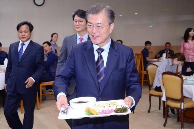 Tổng thống Hàn ăn cùng nhân viên ở căng-tin - Ảnh 1.