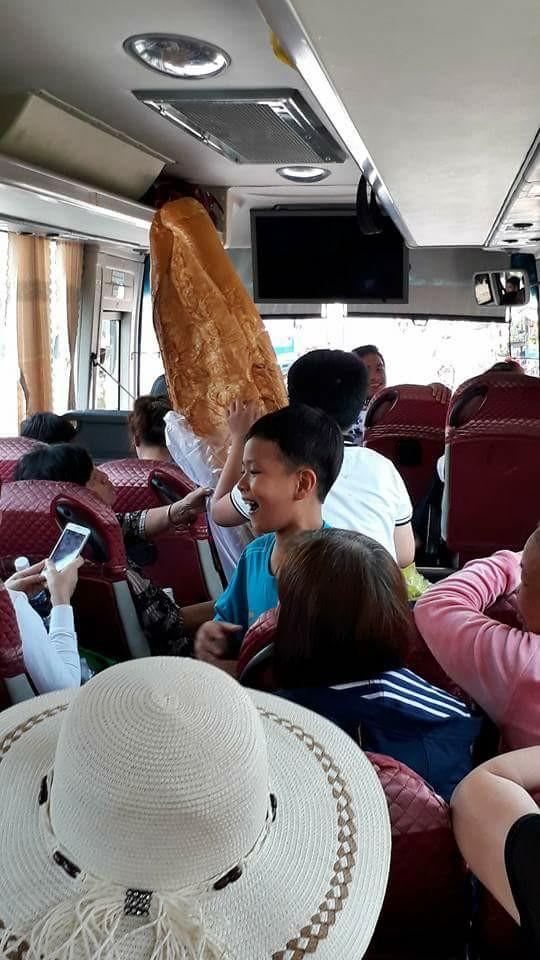 Xôn xao hình ảnh những chiếc bánh mì khổng lồ thu hút người dân ở An Giang - Ảnh 2.