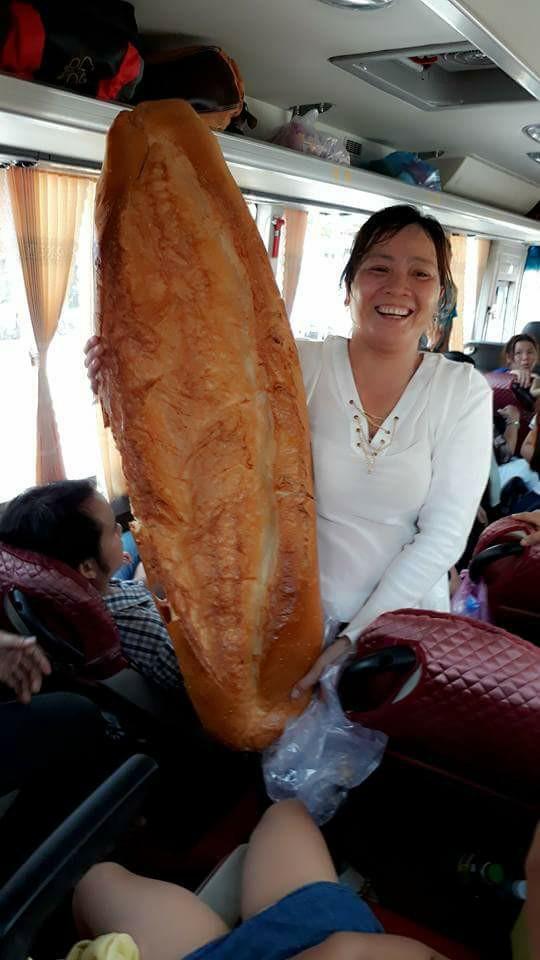 Xôn xao hình ảnh những chiếc bánh mì khổng lồ thu hút người dân ở An Giang - Ảnh 3.