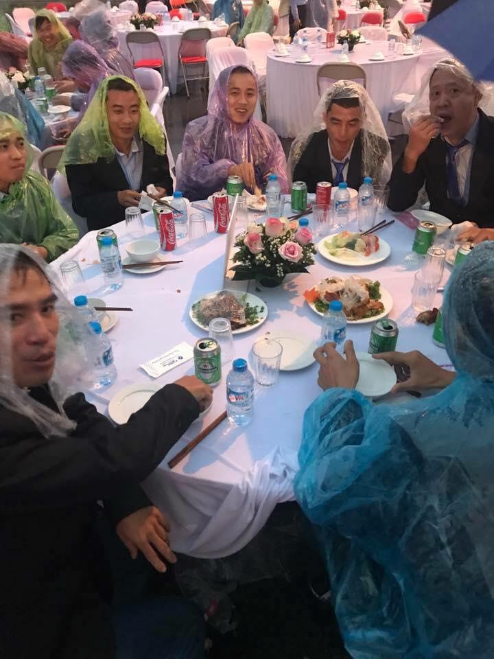 Đời sống: Đám cưới có 1-0-2: Toàn bộ khách trùm áo mưa, cầm ô ngồi ngoài trời ăn tiệc