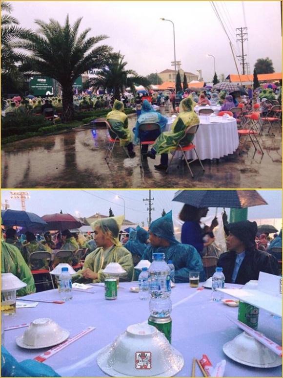 Đám cưới có 1-0-2: Khách trùm áo mưa, cầm ô ngồi ngoài trời ăn tiệc - Ảnh 4