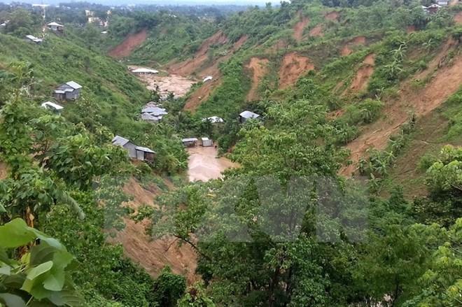Mưa lớn gây lở đất chôn vùi hàng trăm người ở Bangladesh - Ảnh 1
