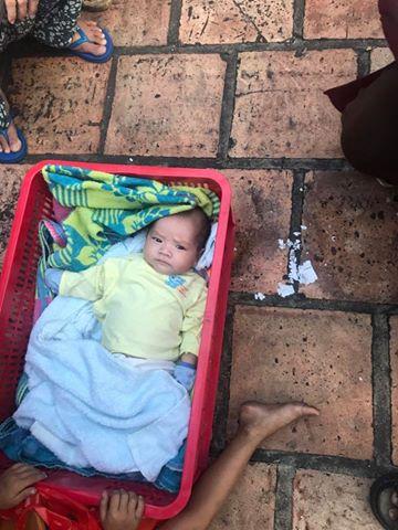 Đi đổ xăng, mẹ bỏ lại 2 con nhỏ ở vỉa hè Sài Gòn - Ảnh 2.