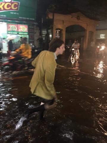 Khách Tây lội nước bì bõm trên phố Tạ Hiện sau trận mưa lớn ở Hà Nội - Ảnh 5.
