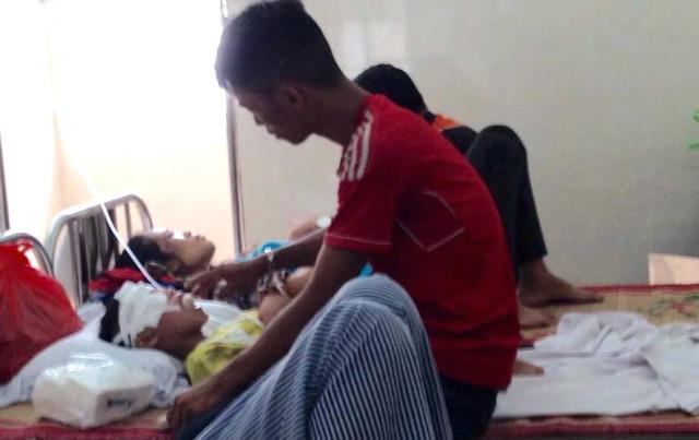 Chị Hằng và con trai lớn đang nằm điều trị tại Bệnh viện Việt Tiệp Hải Phòng. Ảnh: K.Hoà