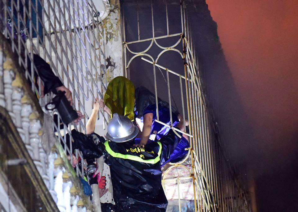 Đời sống: Hà Nội- Cắt rào sắt chuồng cọp giải cứu 3 nạn nhân thương vong trong đám cháy tại phố Vọng