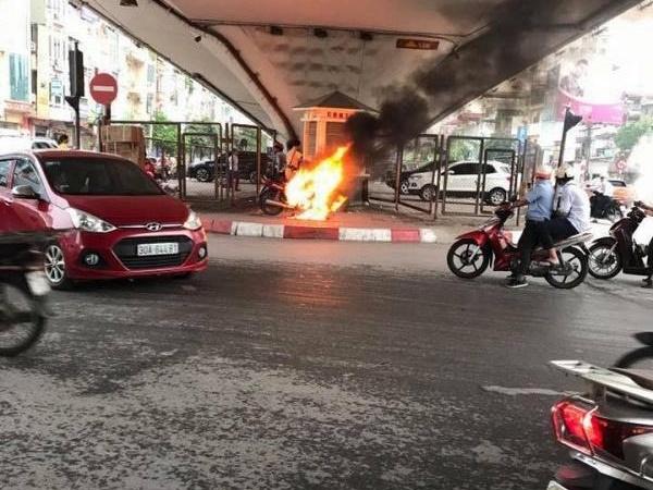 Đời sống Hà Nội: Bị yêu cầu dừng kiểm tra lỗi vi phạm, nam thanh niên châm lửa đốt xe máy trước mặt CSGT