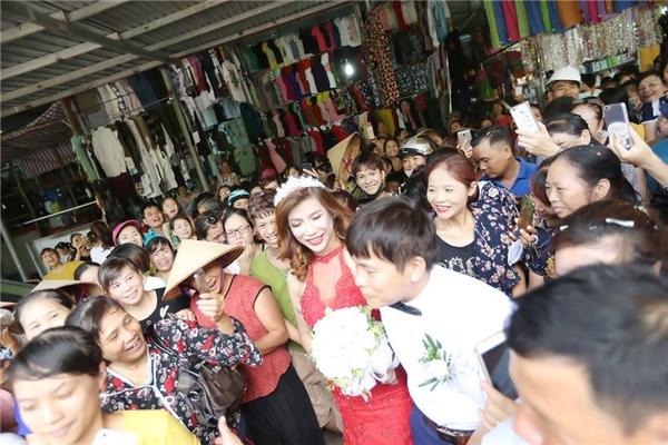 Hàng trăm người hiếu kì xem đám cưới của cô dâu chuyển giới và chú rể Thanh Hóa - Ảnh 4.