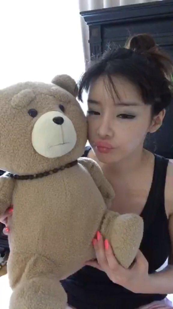 Park Bom khoe vòng 1 táo bạo và lộ gương mặt sưng vù - Ảnh 2.
