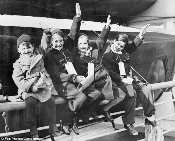Giữa trường quay, người anh hùng của thế kỷ 20 nín lặng khi biết khán giả là 669 đứa trẻ ông từng cứu sống - Ảnh 4.
