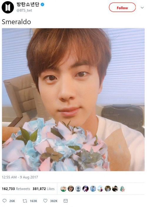 """Jin cầm loài hoa """"không tồn tại"""" trong ảnh nhá hàng mới của BTS"""