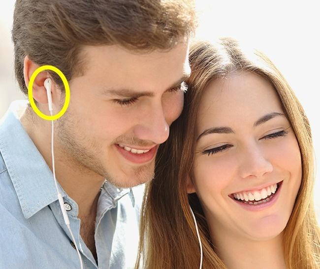 Dù thế nào cũng đừng bao giờ cho mượn tai nghe và đây là lý do tại sao - ảnh 1