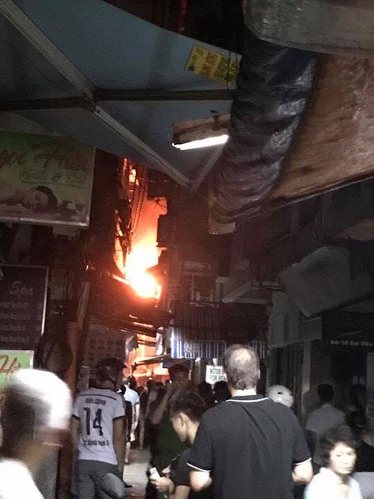 Người dân và du khách ở phố Tây Bùi Viện nhốn nháo vì cháy nhà trong hẻm, nhiều tuyến đường bị cắt điện - ảnh 1