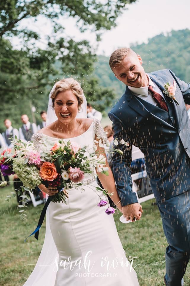 Giọng ông nội đã mất bỗng vang lên trong lễ cưới, cô dâu khóc nức nở - ảnh 1