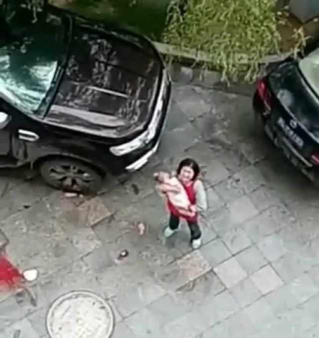 Đời sống: Bé 6 tháng tuổi bị bố mẹ ném từ tầng 15 xuống tử vong vì lý do gây phẫn nộ