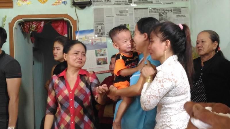 Đời sống: Chiến sĩ PCCC hy sinh khi làm nhiệm vụ ở Sài Gòn: Vợ mang bầu ôm con thơ gào khóc gọi tên chồng