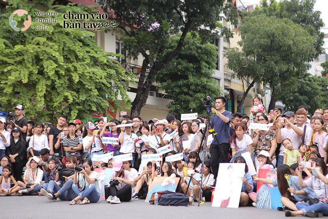 Hàng trăm khán giả hòa giọng hát về mẹ trong sự kiện ý nghĩa ở phố đi bộ Hồ Gươm - Ảnh 3.