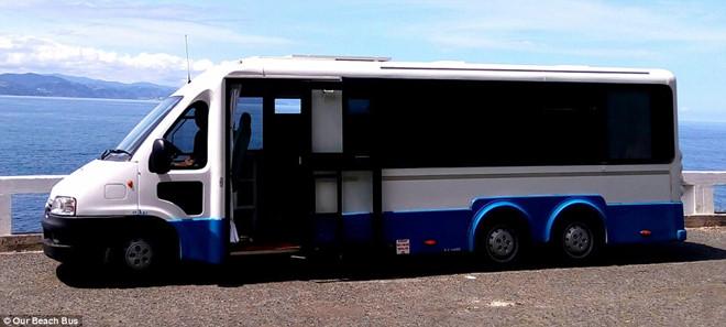 Cặp đôi biến bus cũ thành nhà xe đi du lịch thế giới - Ảnh 1.