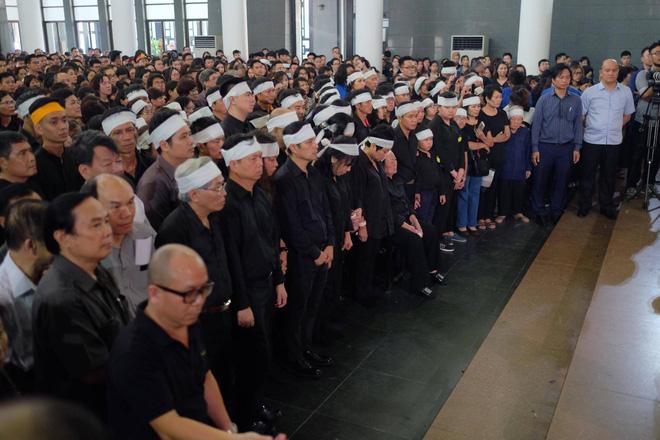 Hàng nghìn học sinh Lương Thế Vinh đứng hai bên đường tiễn đưa đoàn xe chở linh cữu thầy Văn Như Cương về nơi an nghỉ cuối cùng - Ảnh 28.