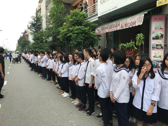 Hàng nghìn học sinh Lương Thế Vinh đứng hai bên đường tiễn đưa đoàn xe chở linh cữu thầy Văn Như Cương về nơi an nghỉ cuối cùng - Ảnh 46.
