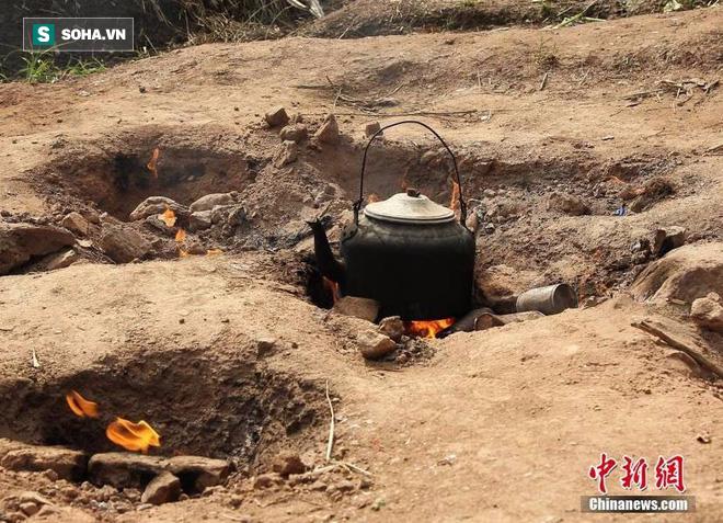 Kỳ lạ mảnh đất trống tự bốc lửa, dân làng tận dụng để nấu cơm, đun nước - Ảnh 1.