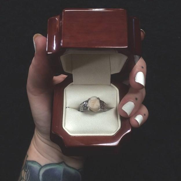 Không muốn nhẫn kim cương, cô gái này chỉ yêu cầu bạn trai tặng một thứ đặc biệt mà ai nghe cũng nhức nhối - Ảnh 2.