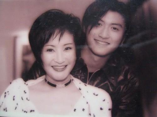 Mẹ Tạ Đình Phong ngầm tố Trương Bá Chi không cho 2 con trai gặp bố - Ảnh 1.