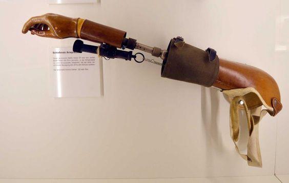 10 đồ chơi chết người của điệp viên Kingsman hóa ra đã có từ nửa thế kỷ trước rồi - Ảnh 1.