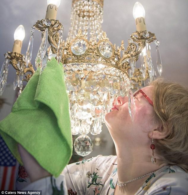 Chuyện tình giữa người phụ nữ với chiếc đèn chùm: Gặp nhau qua mạng, đính hôn rồi ngoại tình với những chiếc đèn khác - ảnh 1