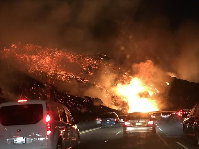 Mỹ: Cháy lớn tương đương diện tích 37.000 sân bóng đá khiến California như rơi vào ngày tận thế - Ảnh 2.
