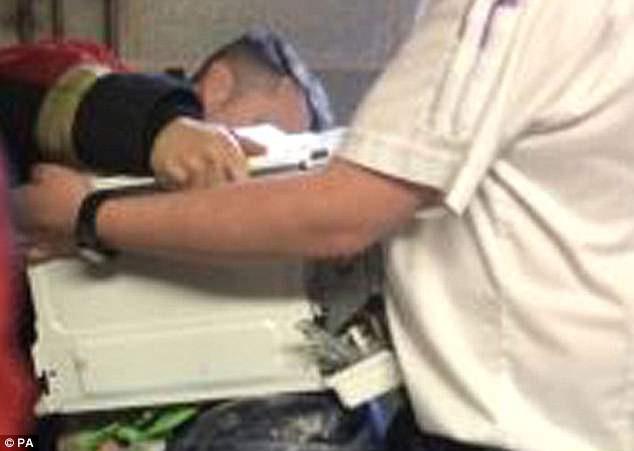 Chơi lầy lấy tiếng, thanh niên trét xi măng lên đầu, rúc vào lò vi sóng rồi phải nhờ 911 giải cứu - ảnh 2