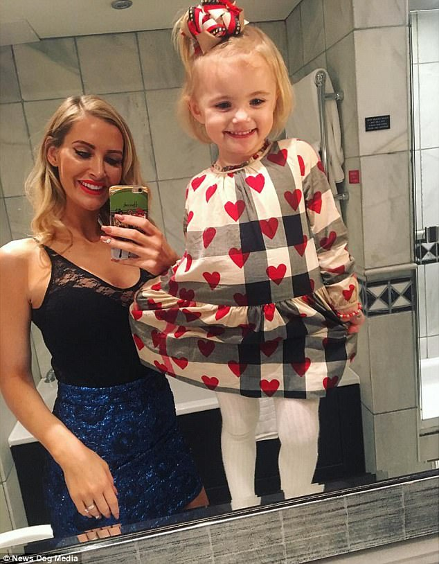 Mẹ trẻ chi bạo sắm đồ Louis Vuitton cho con gái diện gây tranh cãi - Ảnh 12.