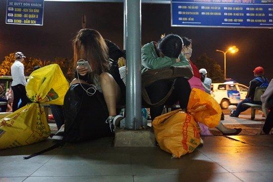Bến xe Sài Gòn kẹt cứng lúc 2h sáng, khách vật vờ tìm đường về - Ảnh 11.