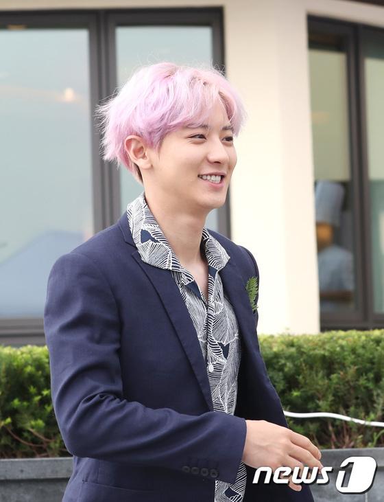 EXO trở lại: Có đẹp tựa hoàng tử giống fan xuýt xoa hay vừa sến vừa xuống sắc? - Ảnh 12.