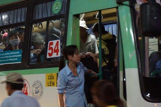 Bến xe Sài Gòn kẹt cứng lúc 2h sáng, khách vật vờ tìm đường về - Ảnh 13.