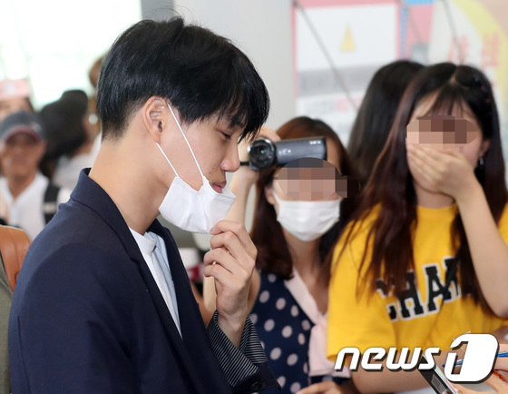 DBSK, SNSD, EXO cùng dàn trai xinh gái đẹp nhà SM đồng loạt đổ bộ, gây náo loạn sân bay - Ảnh 14.