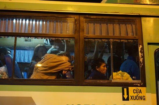 Bến xe Sài Gòn kẹt cứng lúc 2h sáng, khách vật vờ tìm đường về - Ảnh 15.