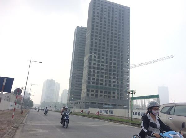 Sương mù dày đặc bao trùm toàn bộ TP Hà Nội, các phương tiện phải bật đèn chiếu sáng tránh va chạm - Ảnh 15.