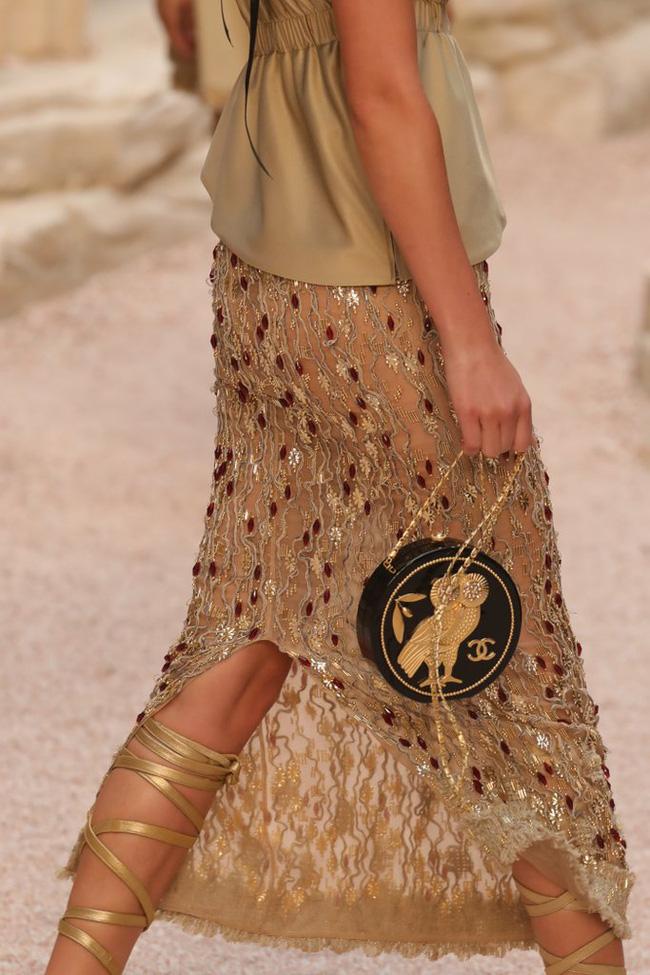 Hết đưa người xem lên vũ trụ, Chanel lại biến runway thành Hy Lạp cổ đại - Ảnh 16.