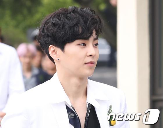 EXO trở lại: Có đẹp tựa hoàng tử giống fan xuýt xoa hay vừa sến vừa xuống sắc? - Ảnh 18.