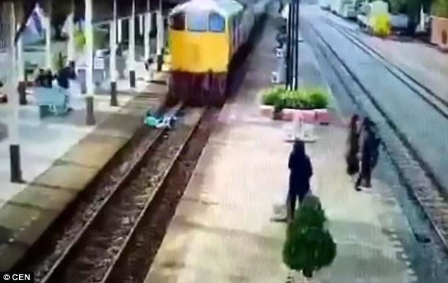 Người đàn ông lao mình ra giữa đường ray khi đoàn tàu đang chạy tới và cái kết không ngờ - ảnh 1