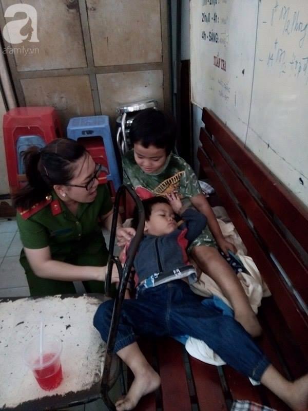 TPHCM: Bị bỏ rơi, hai bé trai 3 và 5 tuổi xách bịch đồ lang thang tìm bố mẹ lúc nửa đêm - Ảnh 3.