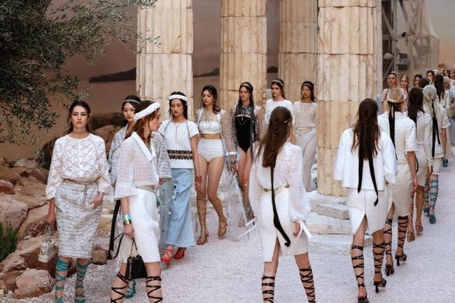 Hết đưa người xem lên vũ trụ, Chanel lại biến runway thành Hy Lạp cổ đại - Ảnh 3.