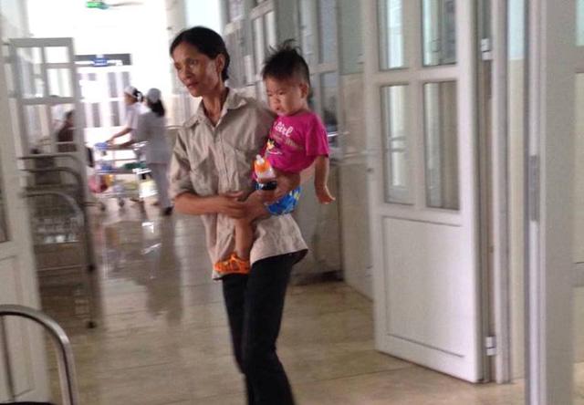 Cháu Linh (13 tháng tuổi) đang hoảng loạn và khóc suốt. Ảnh: K.Hoà