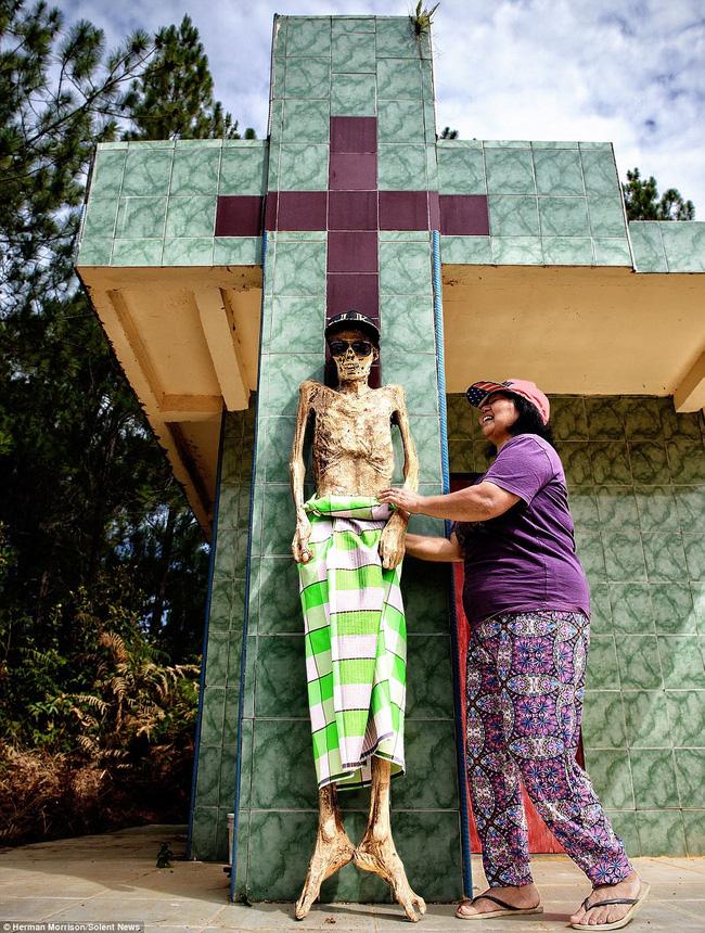 Đào mộ, thay áo mới cho xác chết: Đây chính là một tập tục rùng rợn nhất tại Indonesia - ảnh 3